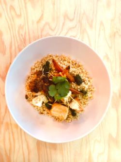 Légumes de saison rôtis, céréales et pesto d'herbes