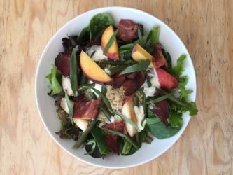 Salade de haricots verts, pêches et fromages frais, bacon