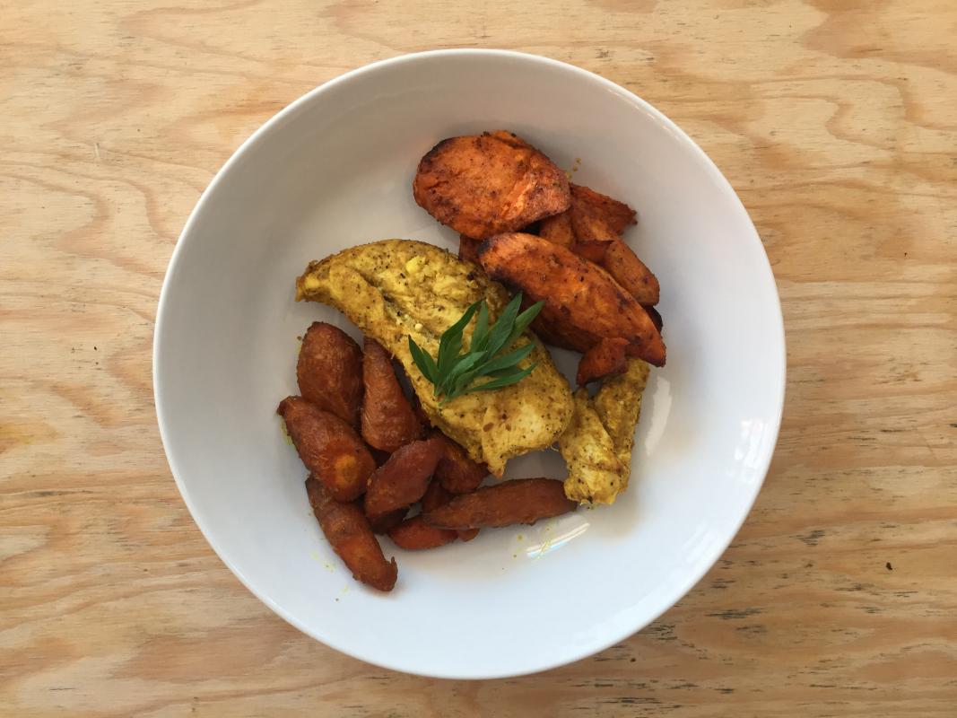 Poulet aux épices carottes et patates douces rôties